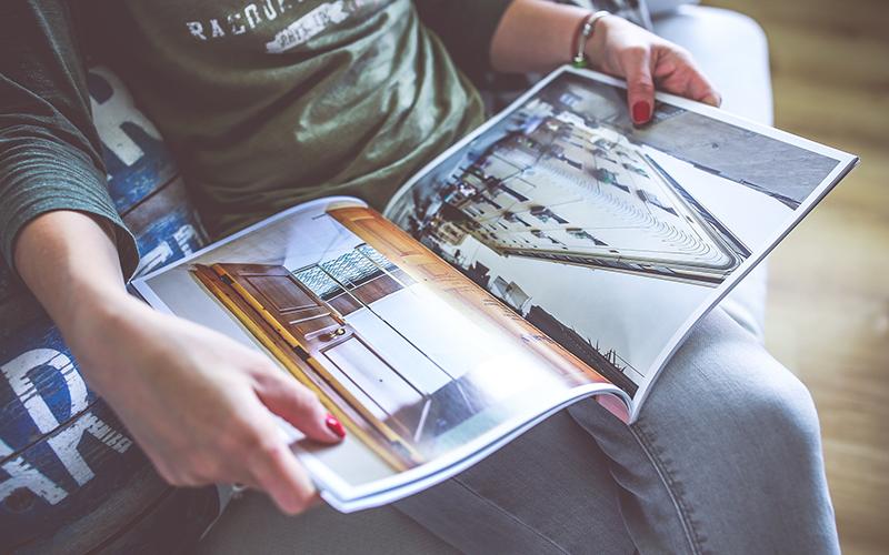 雑誌を読むイメージ画像